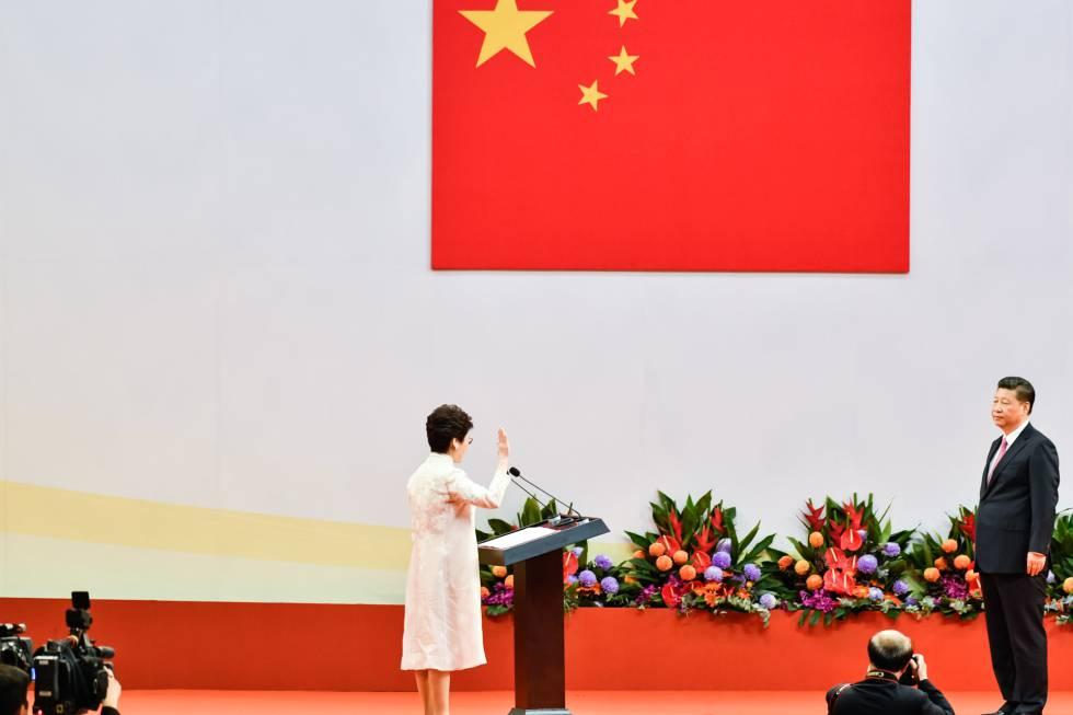 La nueva jefa del Gobierno autónomo de Hong Kong, Carrie Lam, es investida frente al presidente chino, Xi Jinping, este domingo.
