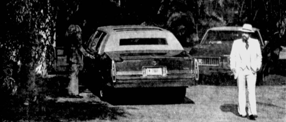 El traficante Rudy Redbeard junto a su limusina.