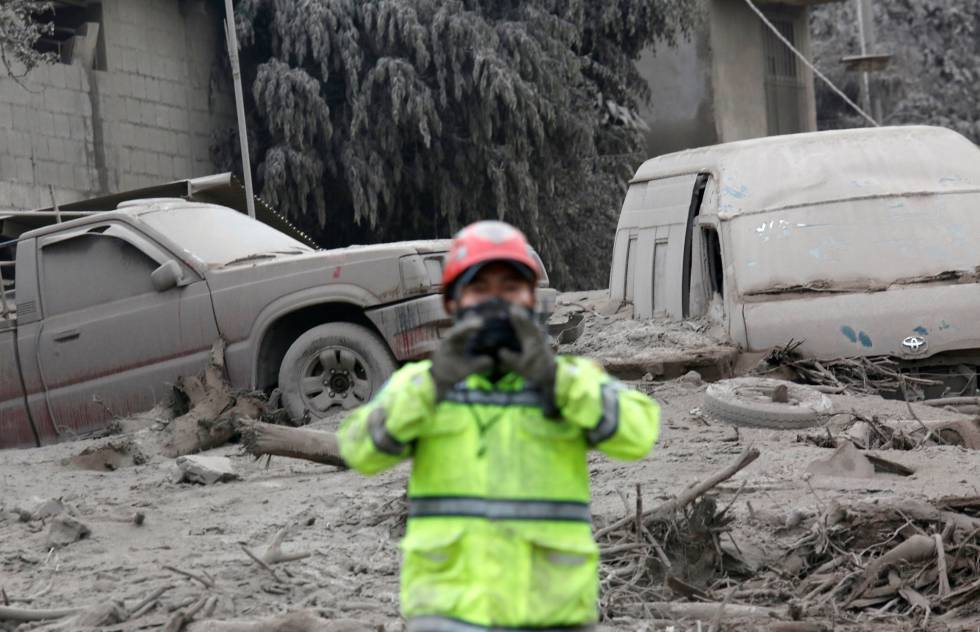 Sube a 75 los muertos por erupción en Guatemala