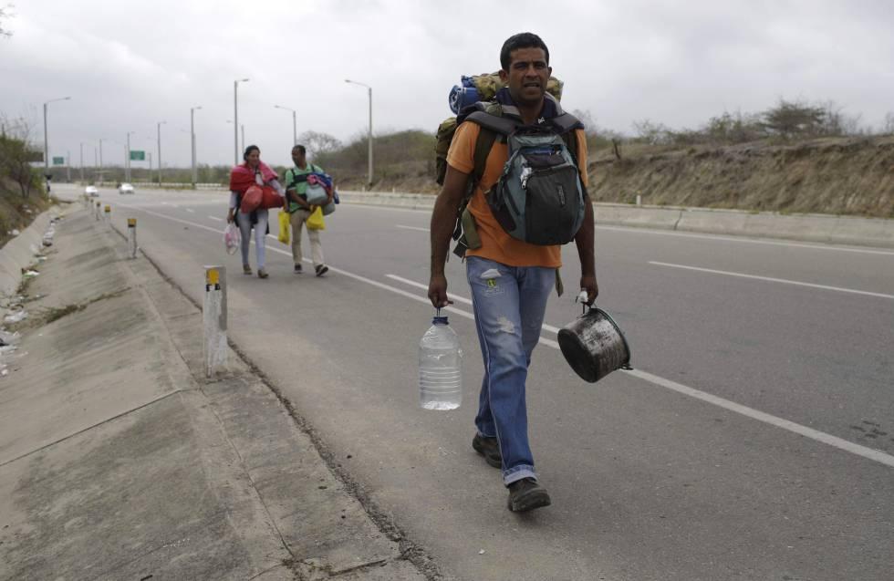 Maduro niega crisis; pide a venezolanos que regresen