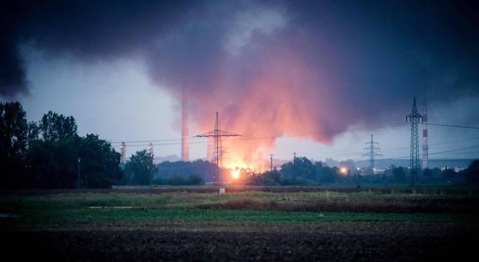 Diez heridos en un gran incendio en una refinería alemana