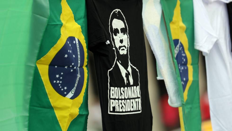 Camiseta de Bolsonaro al lado de banderas de Brasil
