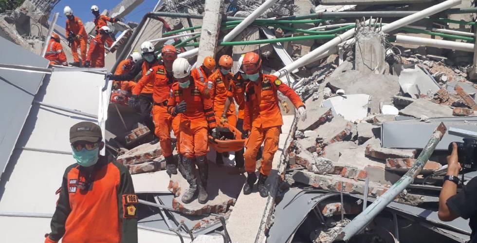 Ascienden a 1.424 los muertos por sismo y tsunami en Indonesia