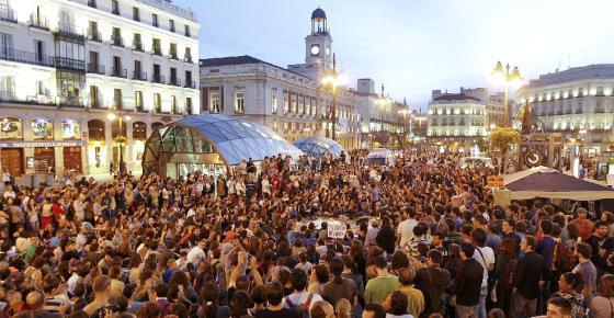 Más de un millar de simpatizantes del Movimiento 15-M se reunieron ayer en asamblea a partir de las ocho de la tarde en la Puerta del Sol de Madrid.