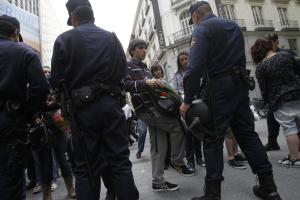 Manifestantes ante la policía.