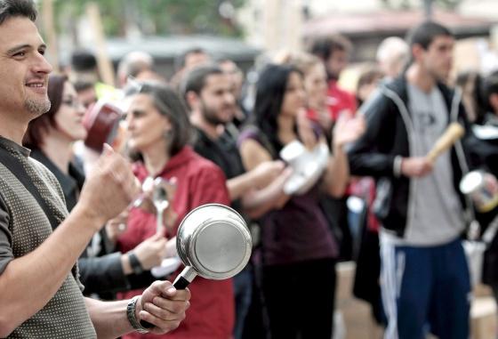 Un centenar de personas han participado este mediodía en una cacerolada en la Plaza del Ayuntamiento de Valencia en apoyo a los concentrados en la Puerta del Sol de Madrid.