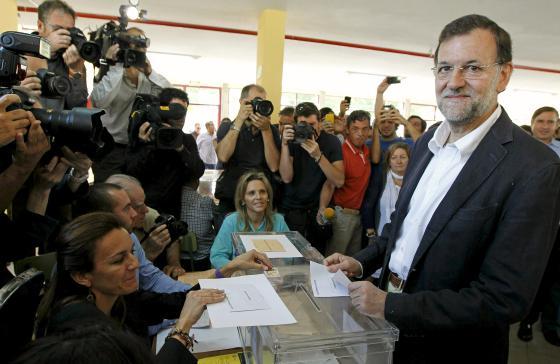 El presidente del PP, Mariano Rajoy, deposita su voto.