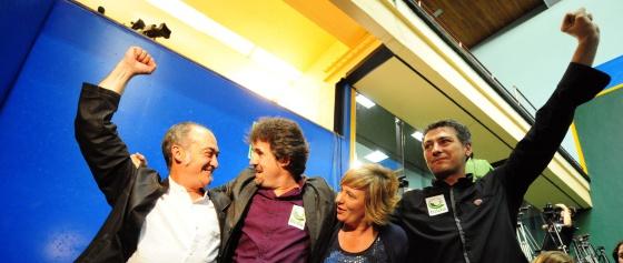 Los representantes de Bildu Martin Garitano, Pello Urizar, Ikerne Badiola y Oskar Matute, celebra los buenos resultados de la coalición en el País Vasco.
