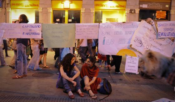 Dos jóvenes esta noche en la Puerta del Sol.
