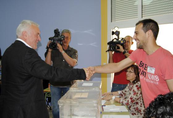 Cayo Lara vota en su localidad natal, Argamasilla de Alba.