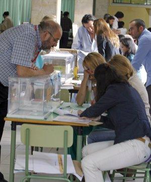 Los miembros de una mesa electoral comprueban el censo durante la apertura de las urnas en un colegio de Aravaca (Madrid).