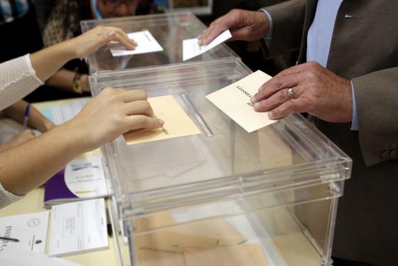 Un ciudadano en el momento de votar, en Madrid.