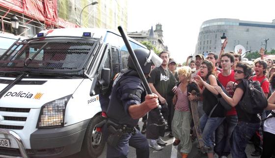 Los Mossos cargan contra los grupos que bloquean a los efectivos de la limpieza.