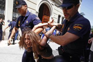 Una chica detenida frente a las Cortes valencianas.