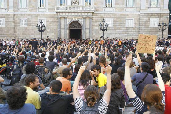 Un millar de indignados ha tomado la plaza de Sant Jaume, donde tiene su sede el Palau de la Generalitat.