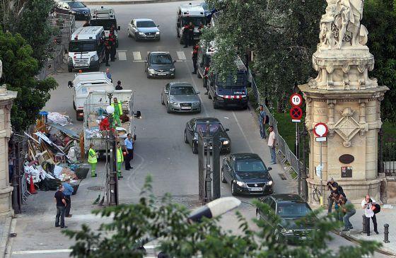 Salida de los coches oficiales con los que el presidente de la Generalitat y diversos diputados han abandonado el Parlament.