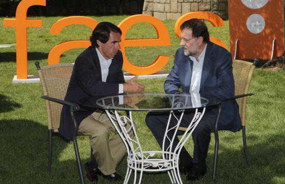 José María Aznar y Mariano Rajoy, durante la clausura del Campus FAES en julio de 2010.