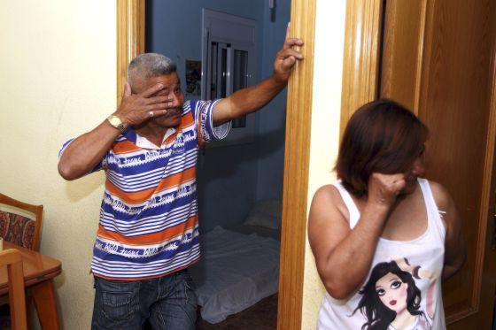 Angel y Nancy Villegas aguardando ayer el desahucio en Santa Coloma de Gramanet.