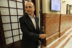Miguel Sebastián en los pasillos del Congreso, sin corbata.