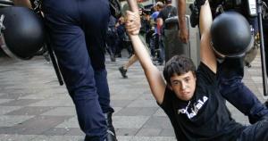 Un manifestante es arrastrado por la policía en Calle Montera.