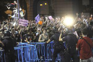 Cientos de indignados se manifiestan en la Carrera de San Jerónimo.