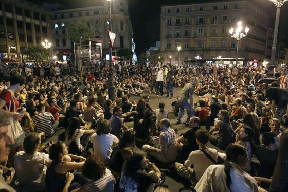 Asamblea nocturna en Jacinto Benavente, tras las cargas.