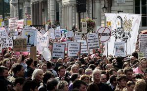 Miles de personas participan en una marcha de protesta contra la visita de Estado del papa Benedicto XVI al Reino Unido, en Londres, en 2010.