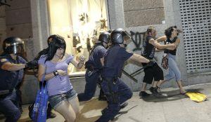 Carga policial anoche en la calle carretas.