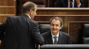 Zapatero saluda al portavoz del grupo socialista, José Antonio Alonso.