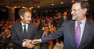 El presidente Zapatero y Rajoy se saludan el pasado mayo.