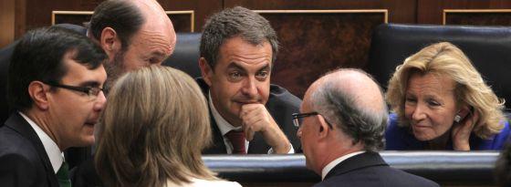 José Luis Rodríguez Zapatero, junto a Alfredo Pérez Rubalcaba y Elena salgado, conversan con diputados populares en el Congreso.