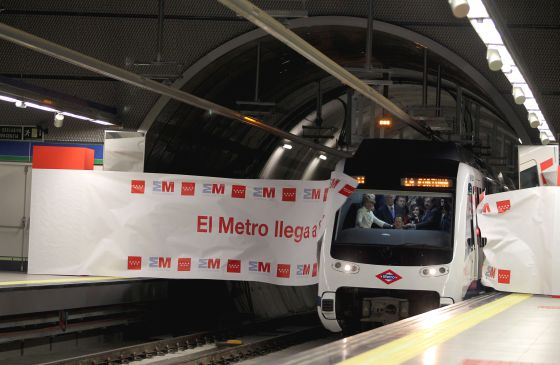La presidenta de la Comunidad de Madrid Esperanza Aguirre en la cabina del convoy de metro que inauguró la nueva estación de La Fortuna en la localidad madrileña de Leganés prolongación de la línea 11 de Metro de Madrid rn