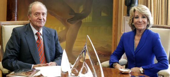 El rey Juan Carlos durante la reunión que mantuvo en su despacho del Palacio de la Zarzuela con la presidenta madrileña, Esperanza Aguirre.