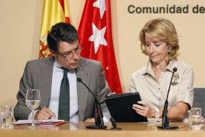 La presidenta de la Comunidad de Madrid, Esperanza Aguirre, junto al vicepresidente, Ignacio González, durante una rueda de prensa.