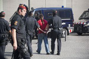 Los Mossos d'Esquadra con uno de los indignados detenidos en los juzgados.