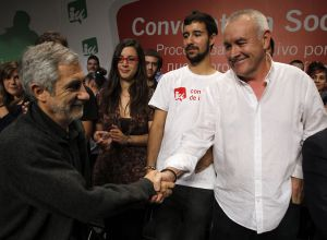 Cayo Lara (derecha) saluda a Gaspar Llamazares durante la asamblea de IU.
