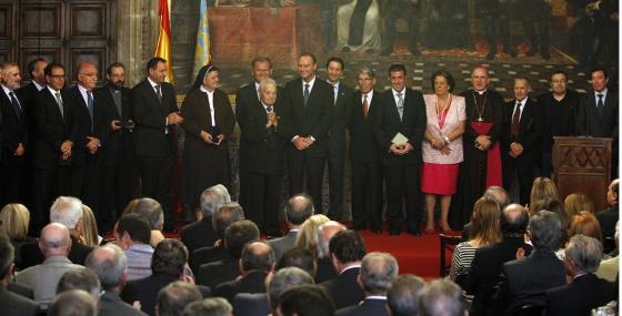 Los galardonados con ocasión del 9 d'Octubre rodean al fotógrafo Francisco Cano, 'Canito'.