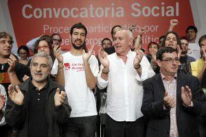 Cayo Lara (con camisa blanca), ayer junto a dirigentes de IU y miembros de colectivos sociales.