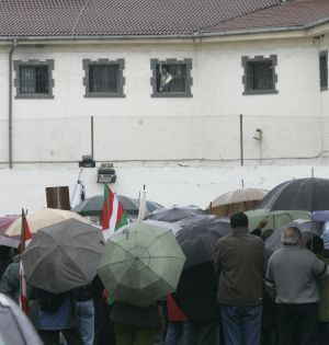 Familiares de presos de ETA frente a la prisión de San Sebastián en 2007.