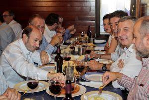 Rubalcaba (izquierda) y José Blanco (2d), entre otros, en una comida en Lugo.