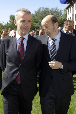 El candidato del PSOE, Alfredo Pérez Rubalcaba, conversa con el ministro de Interior, Antonio Camacho.