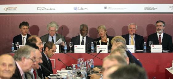De izquierda a derecha: Jonathan Powell, Pierre Joxe, Kofi Annan, Gro Harlem Bruntland, Bertie Ahern y Gerry Adams hoy en la conferencia.
