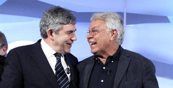 El expresidente del Gobierno Felipe González (d) y el ex primer ministro británico, Gordon Brown.