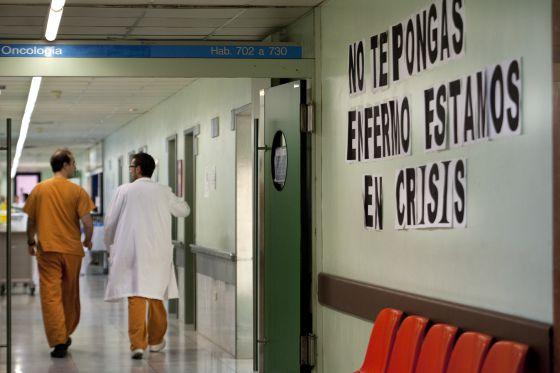 Pancartas sobre la crisis y los recortes en sanidad en una planta del hospital del Vall d´ Hebron. Barcelona.