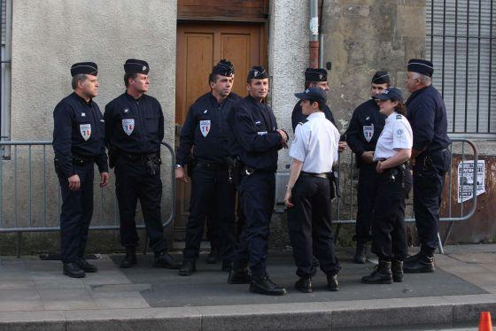 Policías y gendarmes franceses ante la puerta de la casa en la que se ocultaba Thierry.