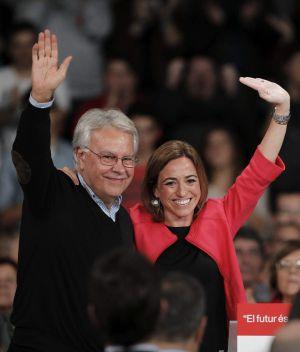 La cabeza de lista del PSC por Barcelona, la ministra de Defensa Carme Chacón, ha recibido hoy el apoyo del expresidente del Gobierno Felipe González en un acto multitudinario en L'Hospitalet de Llobregat.