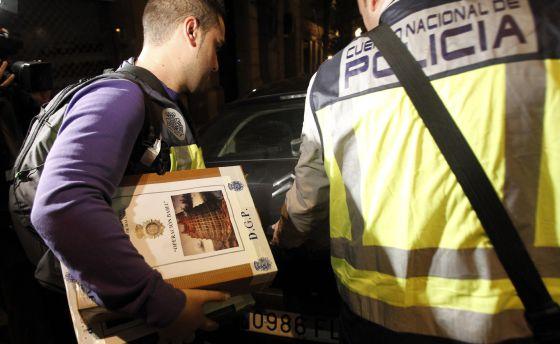 Agentes de la policía, tras el registro de la sede del Instituto Noos.