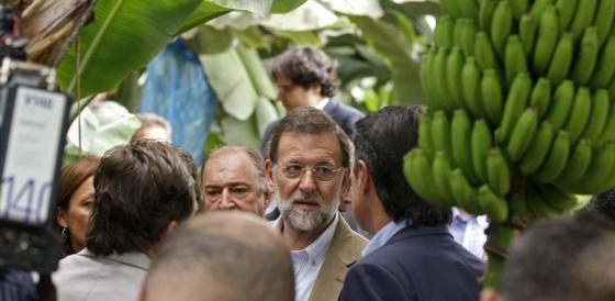 Mariano Rajoy en su visita a una cooperativa platanera en Tenerife.