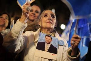 Una mujer celebra la victoria del PP.