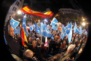 Simpatizantes del PP celebran la victoria en la calle Génova.